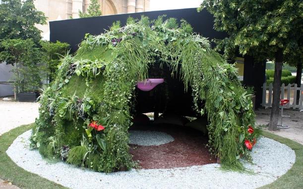 """Igloo tropical exposé dans le jardin des Tuileries à Paris à l'occasion du festival """"Jardins, Jardin""""."""
