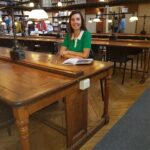 Photo de Valérie Caillet « prise dans la mythique bibliothèque universitaire de Bordeaux 2 » où elle a suivi son toutes ses études de sociologie.
