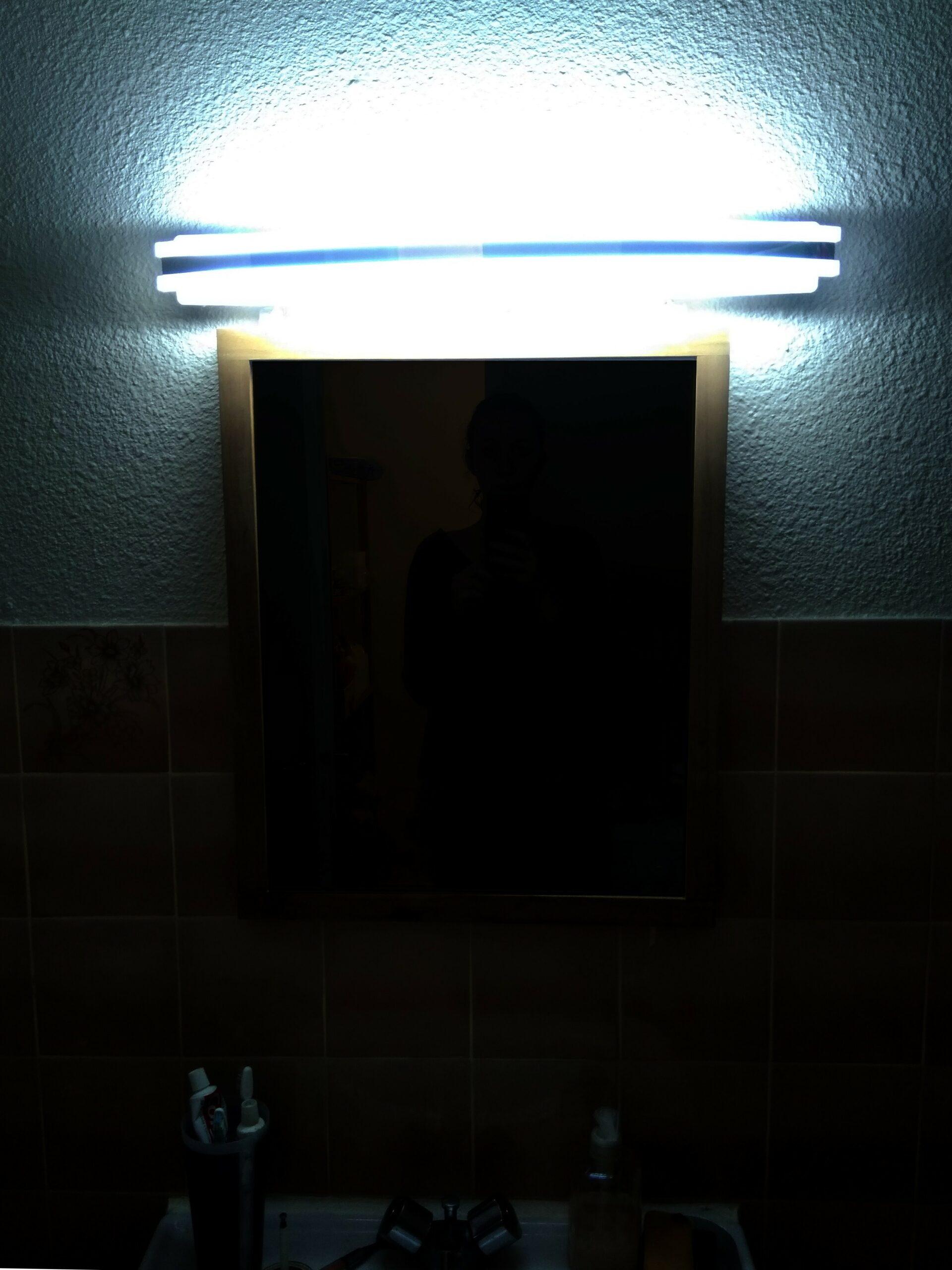 Photo d'Aurore devant son miroir, à peine visible.