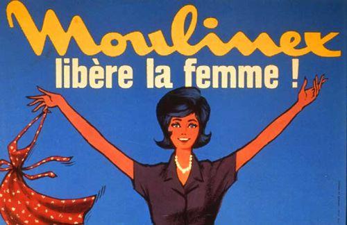 """Campagne de publicité pour la marque Moulinex, """"Moulinex libère la femme"""". Sur un fond bleuté, la jeune femme dessinée sur l'affiche porte des vêtements que l'on imagine faits pour la vie extérieure. Elle jette son tablier afin de se présenter sous un autre champ que la vie à la maison. Moulinex est l'une des premières marques à prendre en compte cette dimension sociale des femmes. Avec ses équipements ménagers, la marque accompagne l'émergence de la société de consommation des Trente Glorieuses. La société est introduite en Bourse en 1969."""