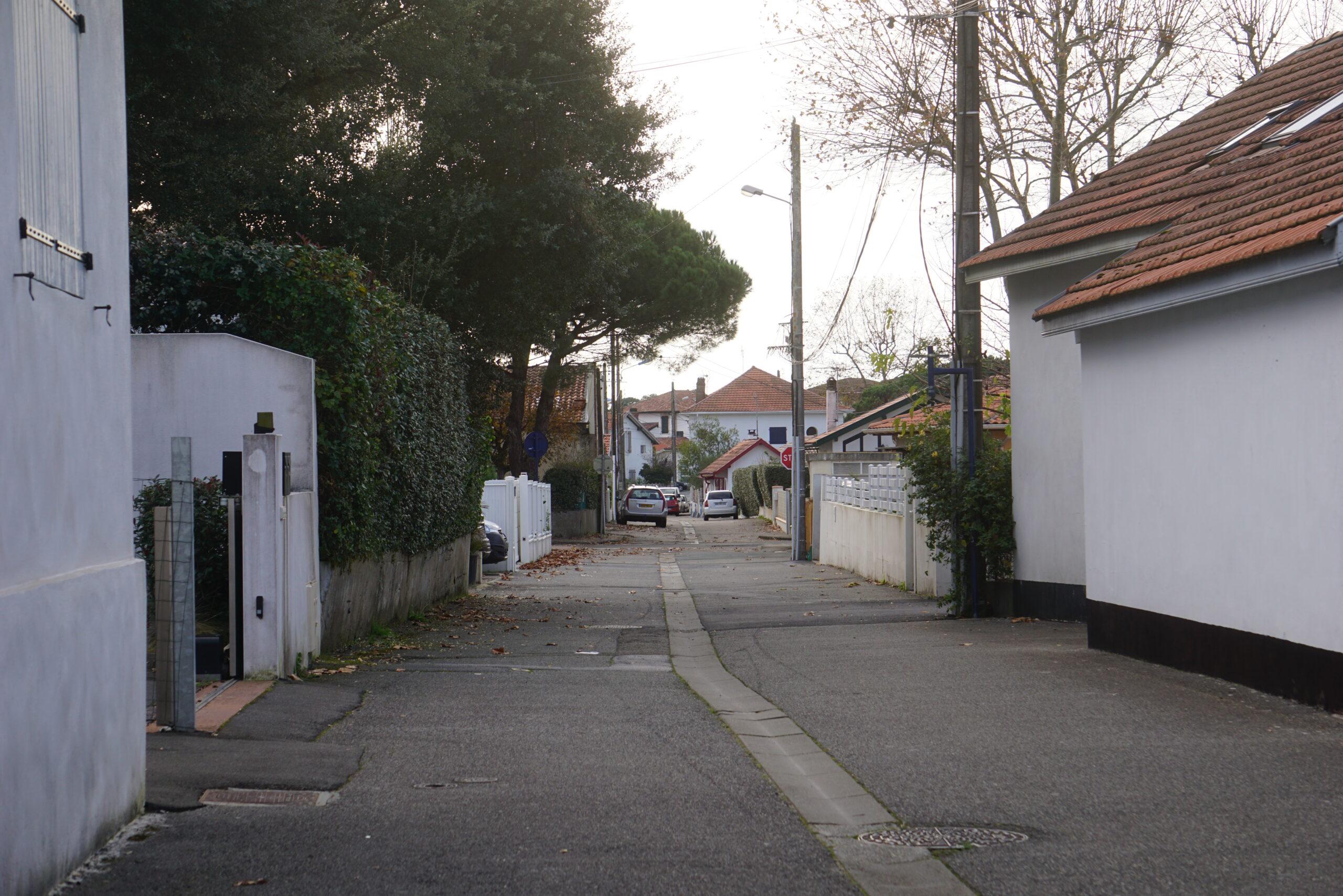 Photographie d'une rue déserte.