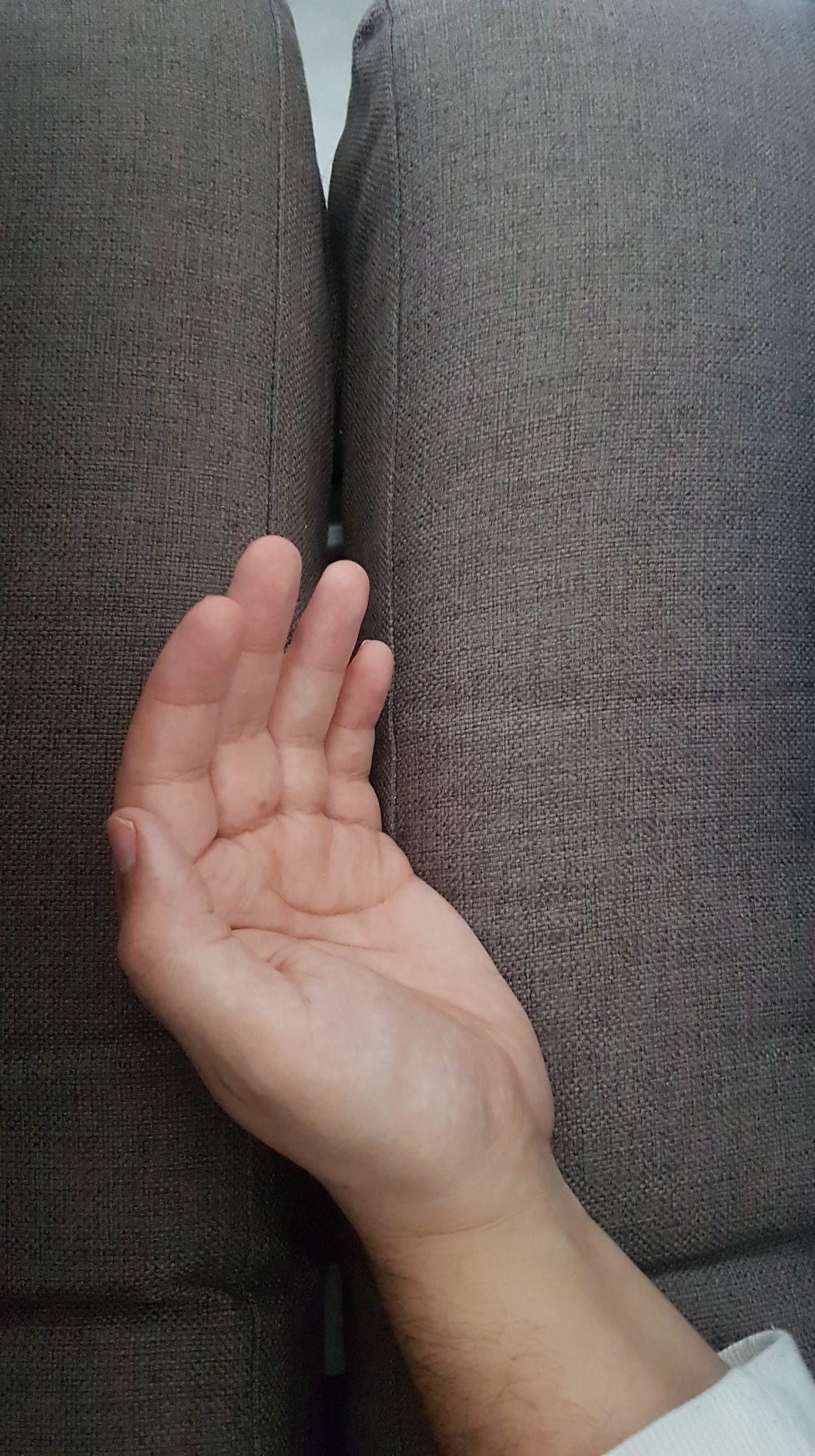 Une main seule sur un canapé.