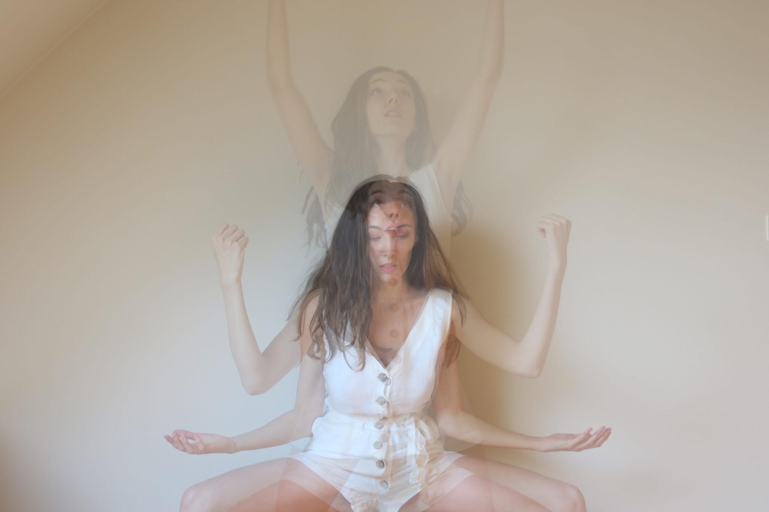 Triple exposition. Dans ce mouvement, mon regard s'étend du sol au ciel. Entre la réalité et l'évasion.