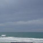 Photographie d'un banc vide face à l'océan.