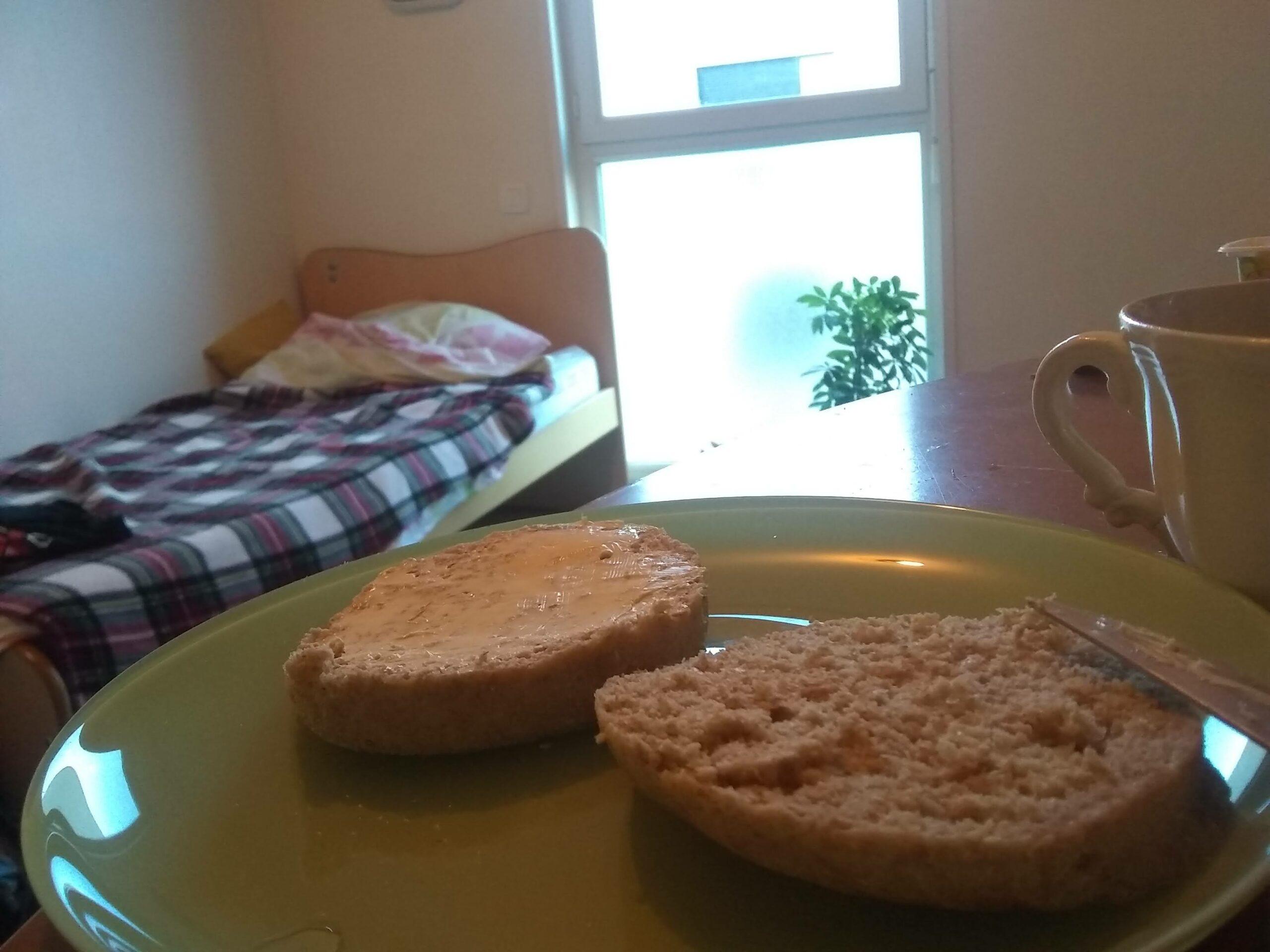 Margarine sur des tranches de pain, même les repas sont monotones dans l'appartement
