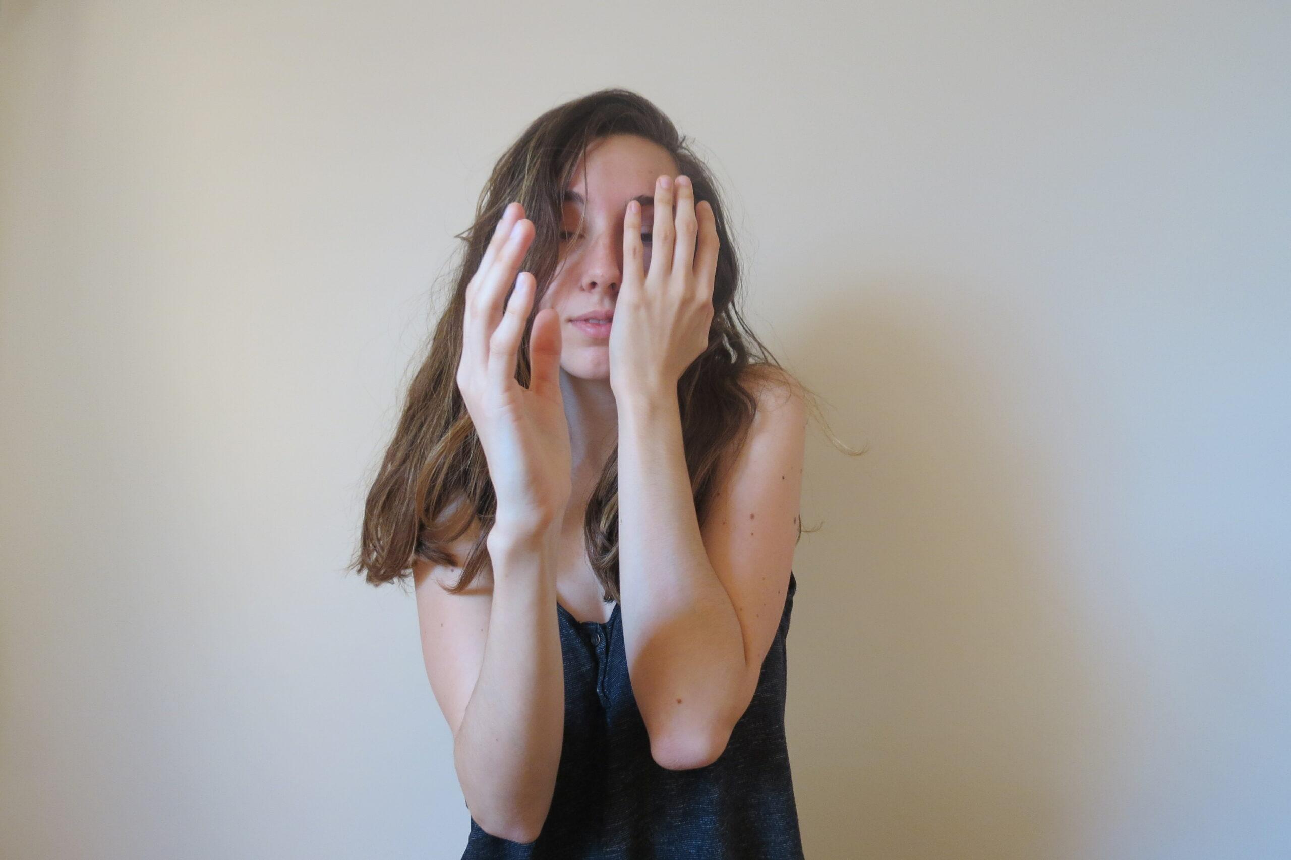 Une de mes mains caresse ma joue, me rappelant la sensation de la sienne. Mon autre main est tendue vers l'avant, cherchant son visage. Manque.