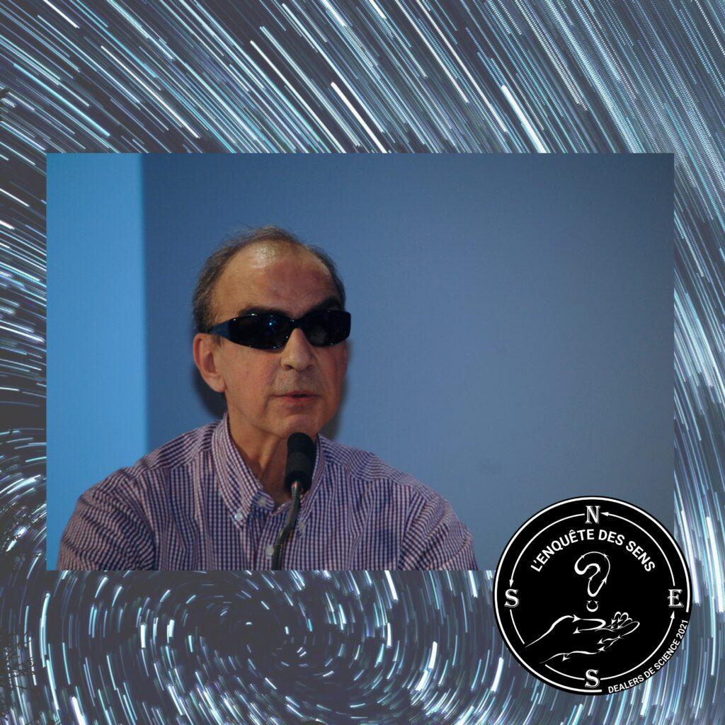 Photo de Bertrand Verine, un homme d'une soixantaine d'année portant des lunettes noires et une chemise à petits carreaux rouges et blancs. Dans le coin en bas à droite, le logo de l'Enquête des sens.
