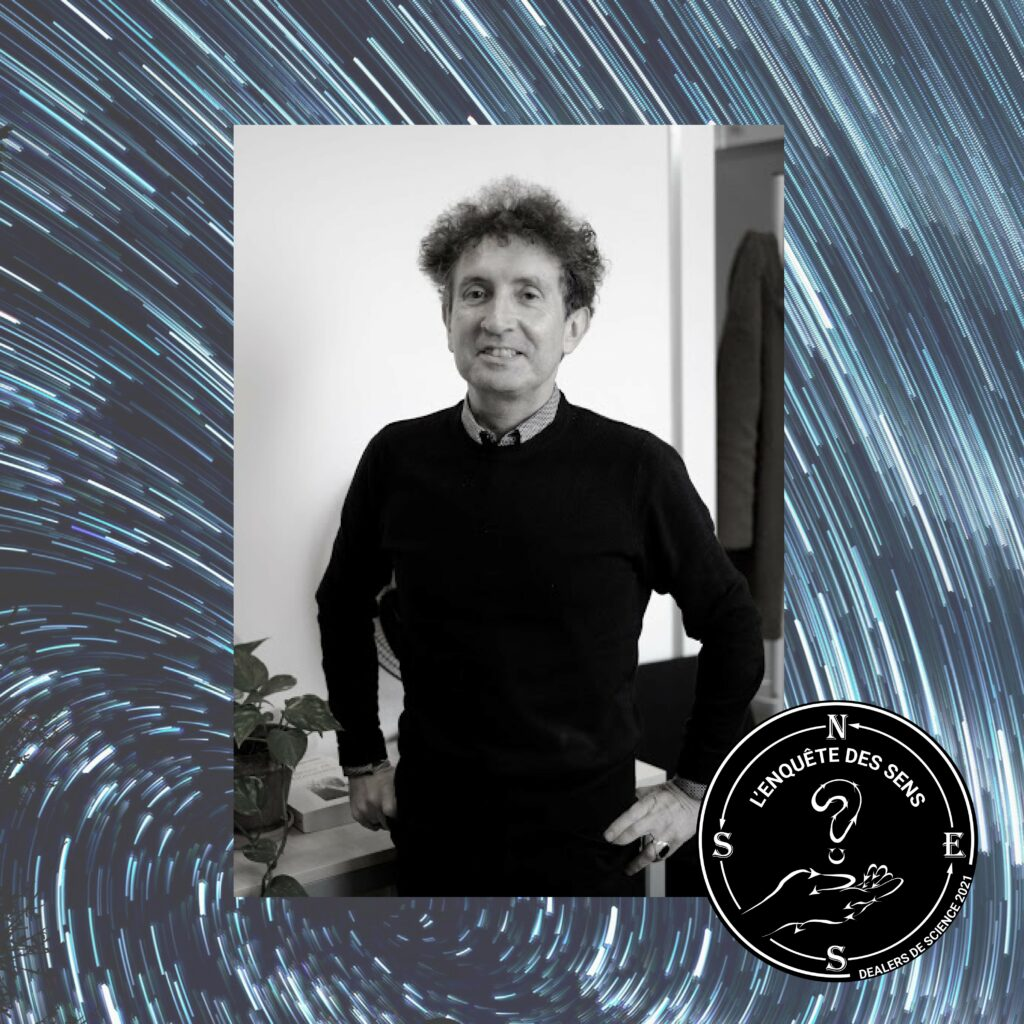 Une photo en nuances de gris de Didier Beaujardin, un homme qui sourit, les cheveux bouclés. En bas à droite se trouve le logo de l'Enquête des sens.