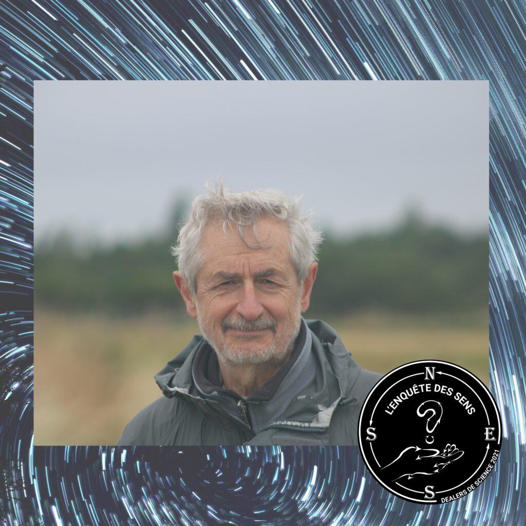 Portrait de Jean-Marie Harribey, économiste du travail. Jean-Marie Harribey pose devant un paysage en extérieur brumeux, un habit anti-pluie sur lui. Dans le coin en bas à droite, le logo de l'Enquête des sens.