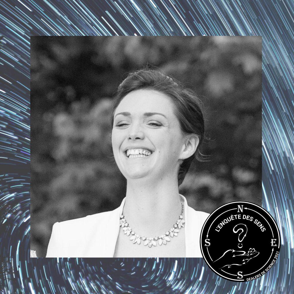 Portrait de Marion Hazera, psychologue du travail, en noir et blanc. Elle affiche un grand sourire. Dans le coin en bas à droite, le logo de l'Enquête des sens.