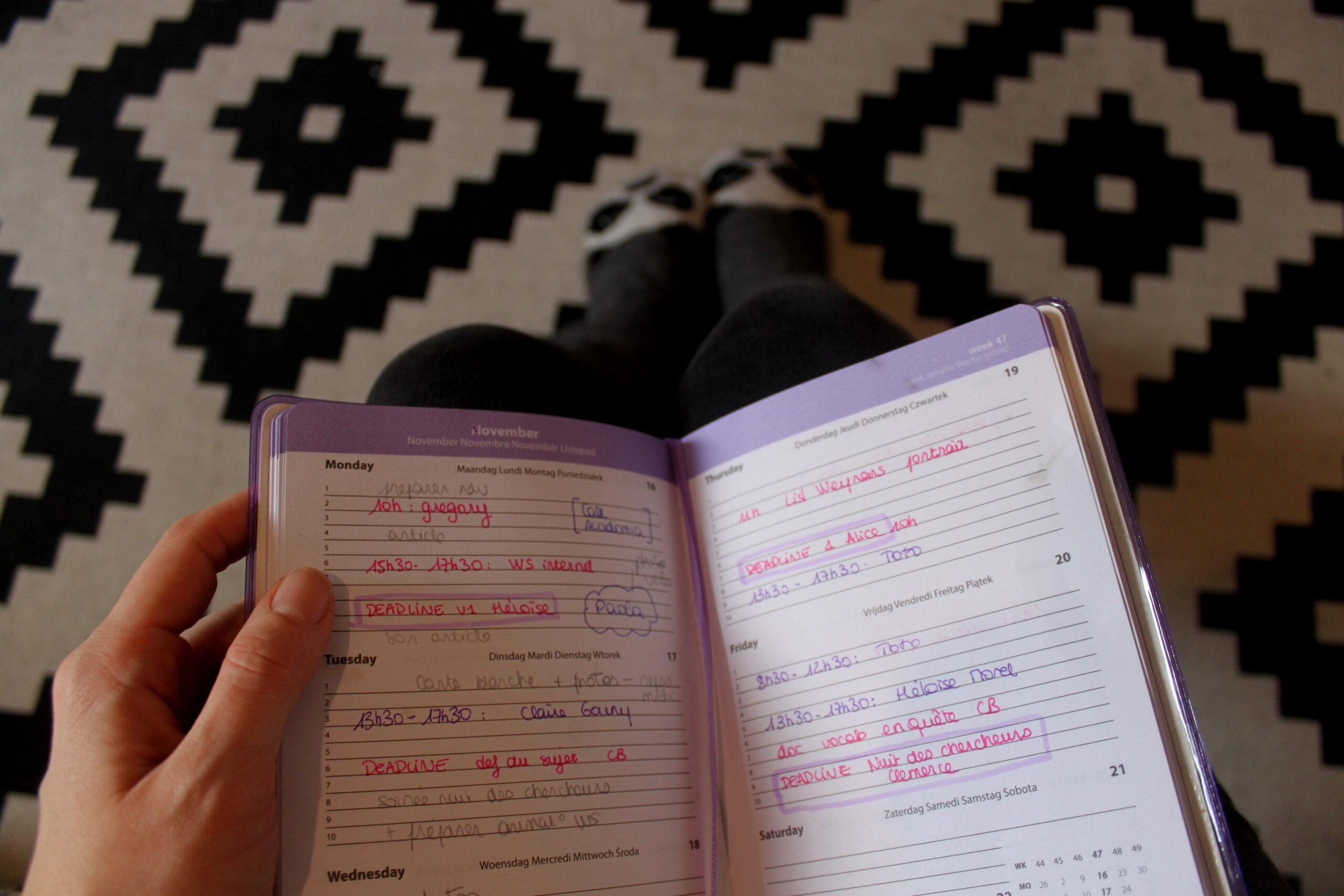 L'agenda de Nina est rempli tous les jours. Elle le tient d'une main sur ses genoux. Malgré le confinement il y a toujours des choses à faire.
