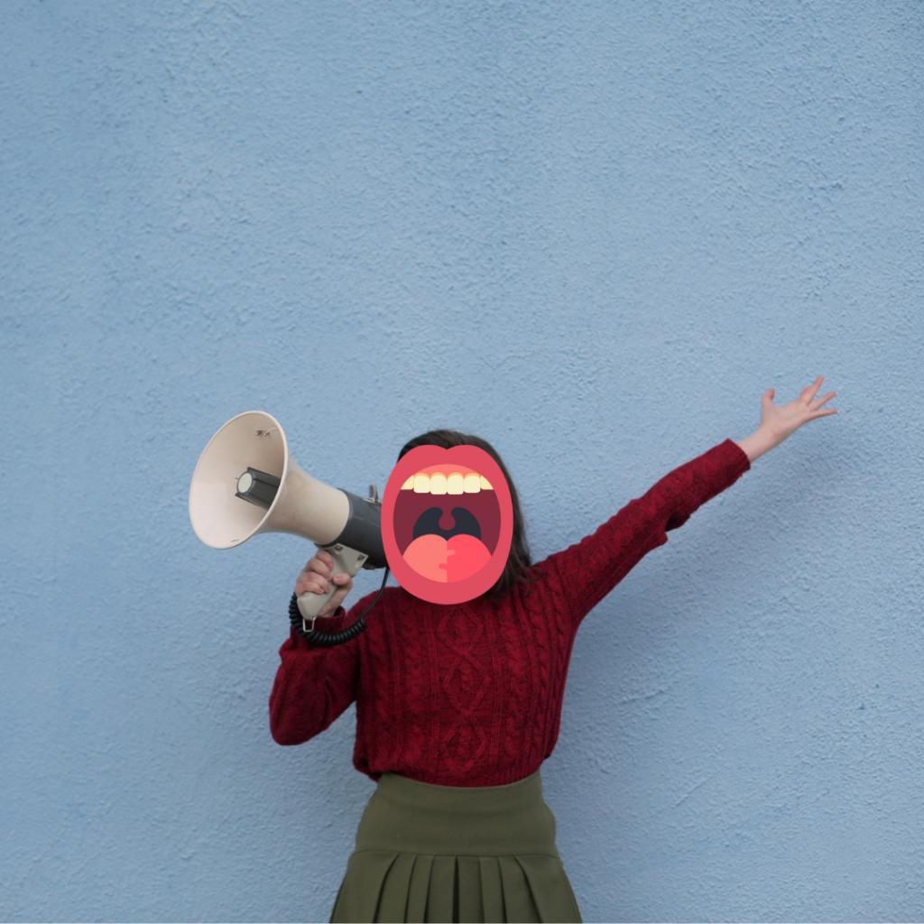 Image d'une femme en jupe kaki et pull bordeaux tenant un mégaphone et dont la tête est recouverte par un pictogramme de bouche ouverte (par montage photo).