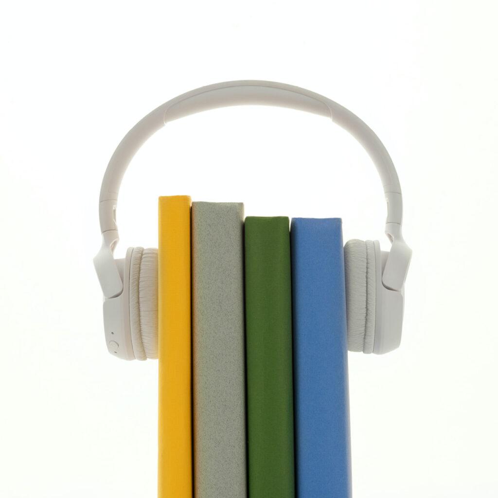4 livre enserrés dans un casque audio blanc
