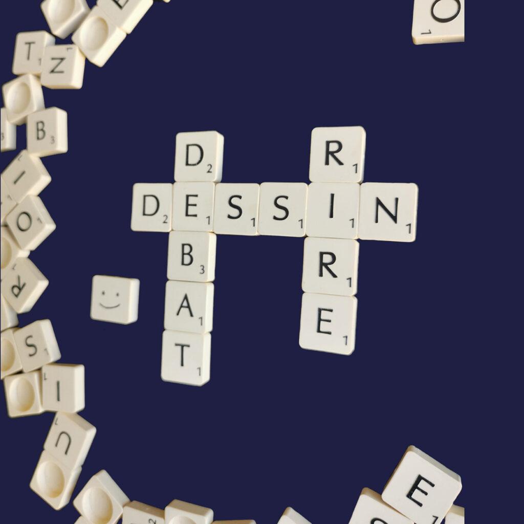 Jeu de Scrabble écrivant Dessin, Débat, et rire en croisé avec un smiley souriant à gauche