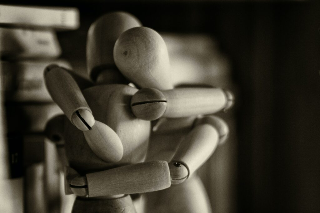 Deux figurines en bois qui s'enlacent