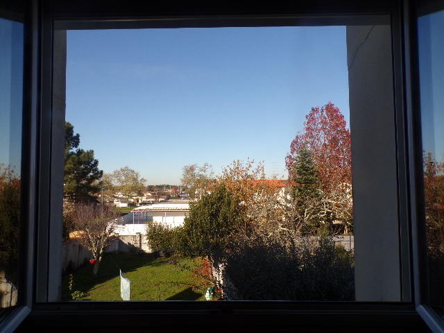 Photographie du panorama depuis la fenêtre de Nathan Florent de jour avec la fenêtre ouverte.