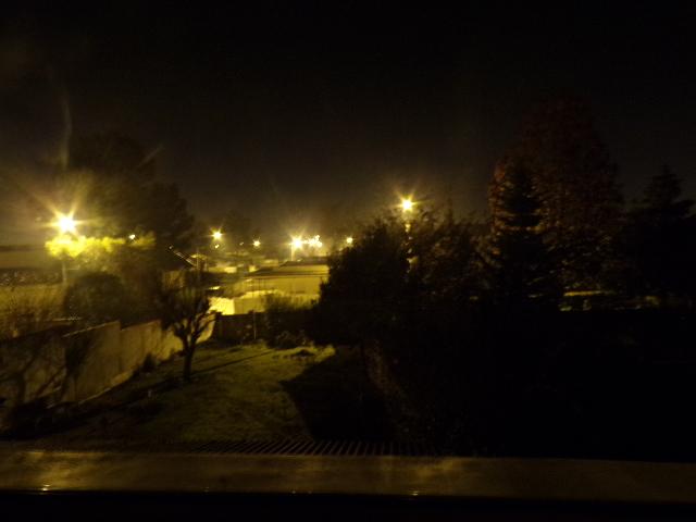 Photographie du panorama depuis la chambre de Nathan Florent la nuit à la lumière des lampadaires.