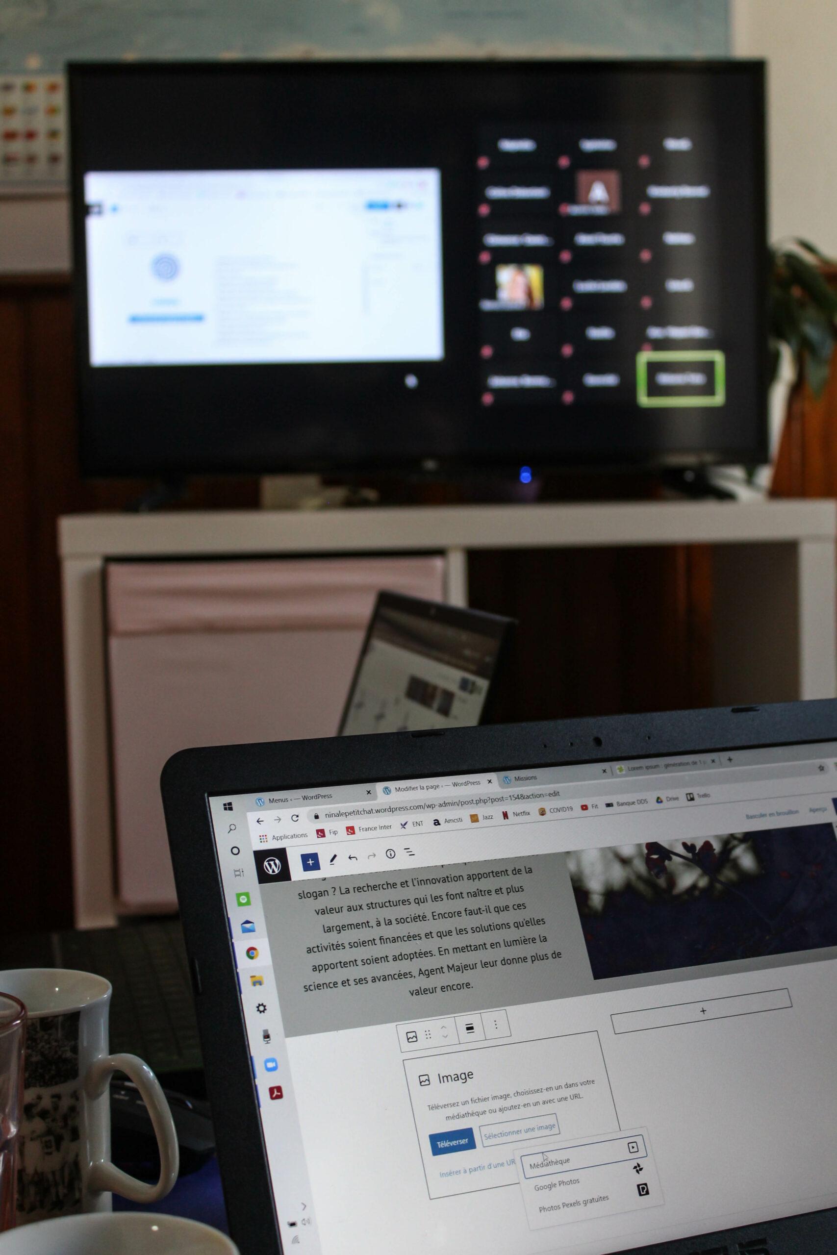 Cours de Wordpress sur l'ordinateur et réunion zoom sur la télévision.