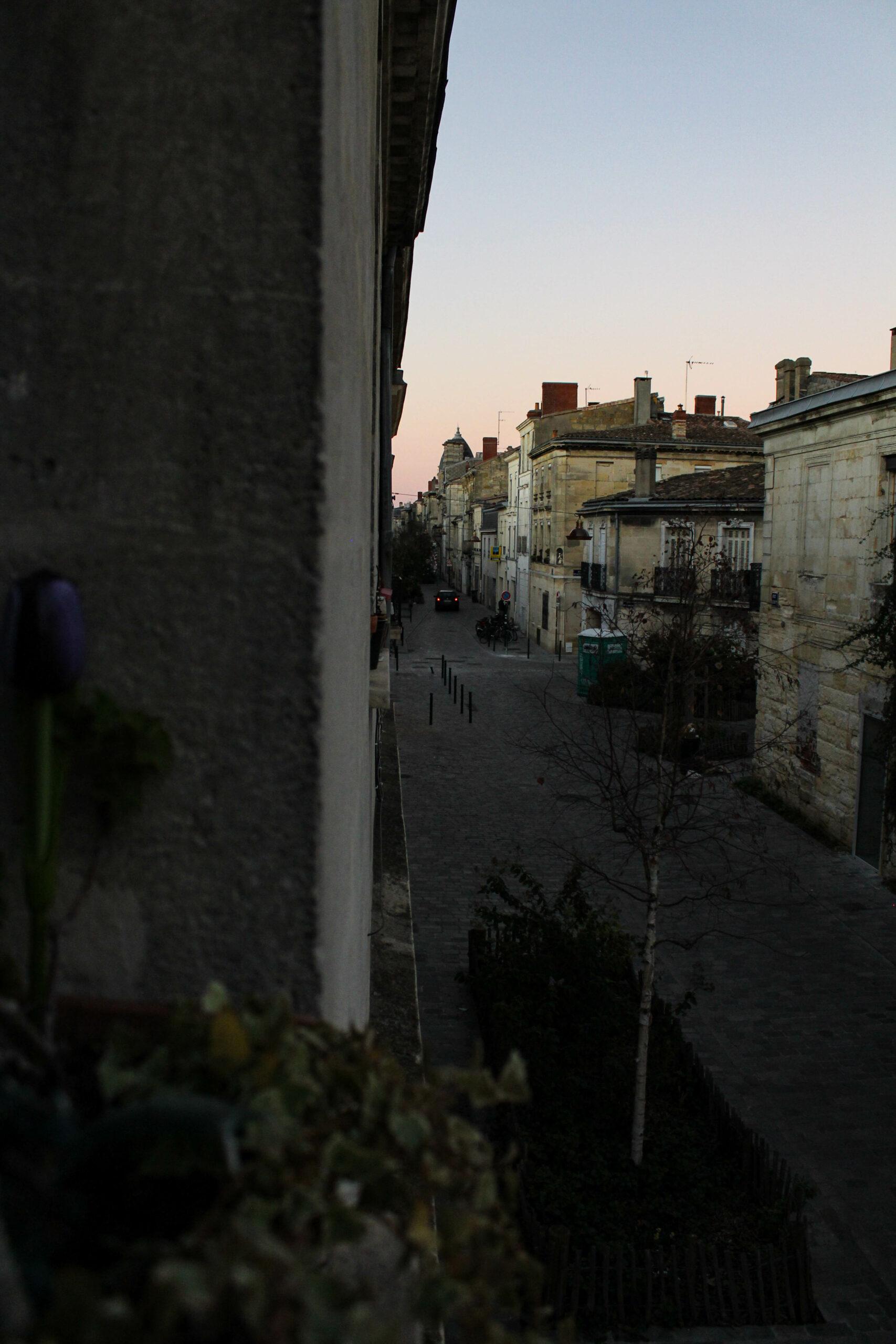 Vue de la rue Kléber (Bordeaux) par la fenêtre.
