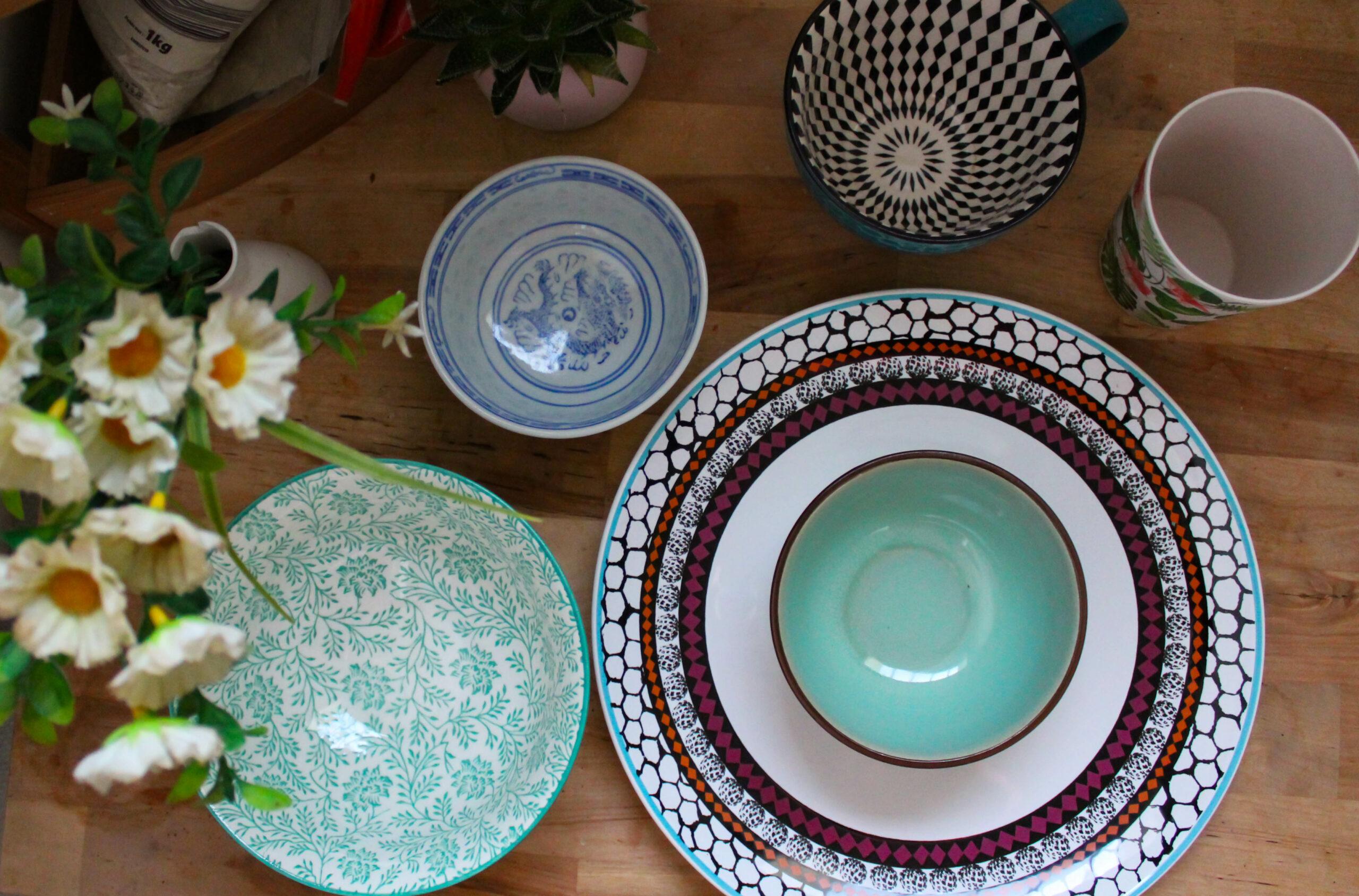 Vaisselle décorée dans des tons bleus et verts.